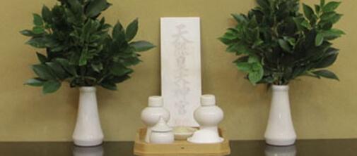神社本庁でも次の写真のように、白色陶器の榊立て、左右一対を基本にしています。